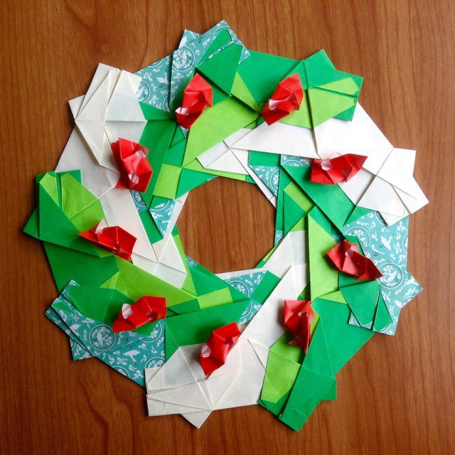 Christmas Crown designed and folded by Natalia Becerra Cano.