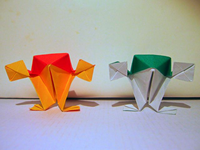 Paper standing frogs.
